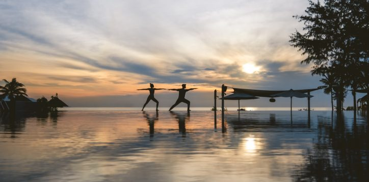 couple-sunrise-yoga-pullman-danang-beach-resort-2