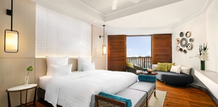 deluxe-queen-room-balcony-bed-pullman-danang-beach-resort-5-star-hotel-accor-live-limitless-2