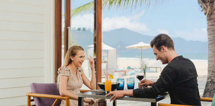 romance-couple-dining-at-pullman-danang-2